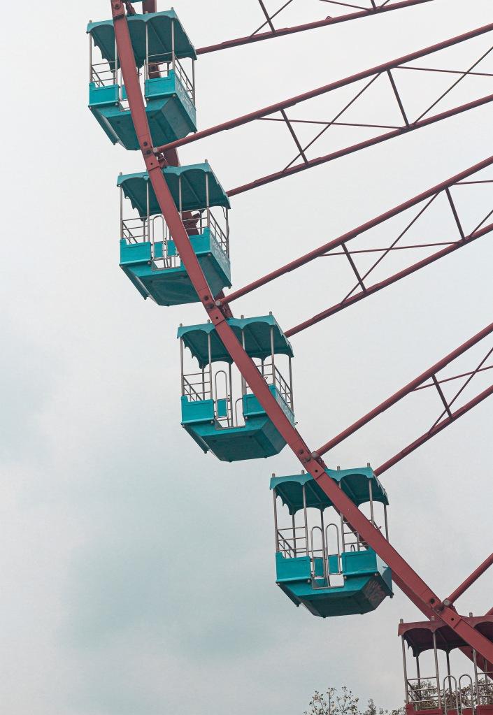 Detalle de los vagones de la noria del parque de atracciones